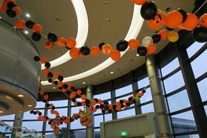 写真:交流棟ロビーのハロウィン飾り付け