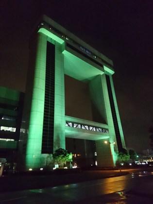 写真:緑色にライトアップされたマリエン