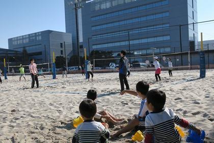 写真:砂遊びしながら両親の練習を応援する子供達