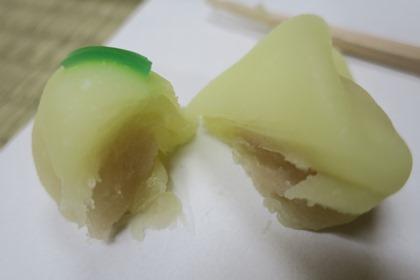 写真:お菓子の断面の写真。中には白あん。