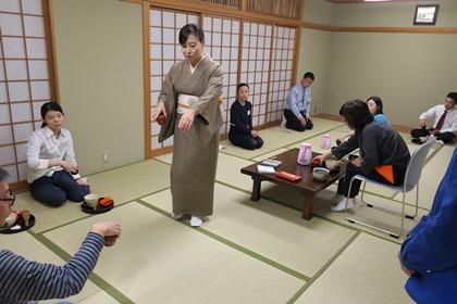 写真:和室の中を歩き回って指導する若先生