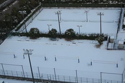 写真:ビーチコートもテニスコートも雪