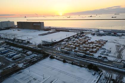 写真:雪の川崎港の日の出