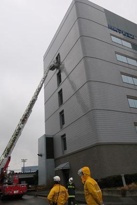 写真:はしご車による救出訓練