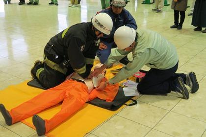 写真:AEDの使用方法訓練