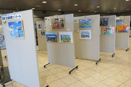 写真:マリエンロビー展示会(写真・児童絵画コンクール入賞作品)