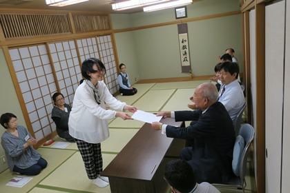 写真:齊藤会長から修了書授与