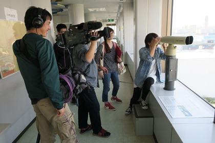写真:展望室で双眼鏡を見ましょう。
