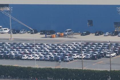 写真:積待ちの輸出用完成自動車