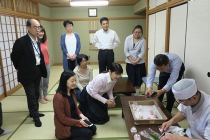 写真:和菓子作りを披露する和菓子職人さん