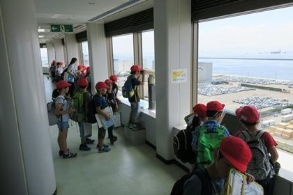 写真:展望室で見学する小学生