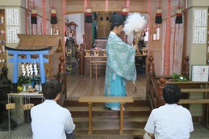 写真:若宮神社でお祓い