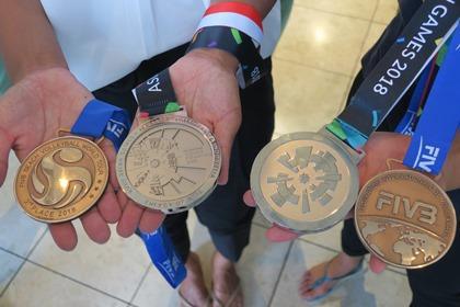写真:銀メダルと銅メダル