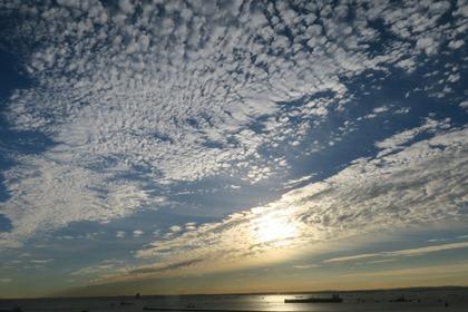 写真:うろこ雲と日の出