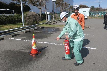 写真/水消火器による消火訓練