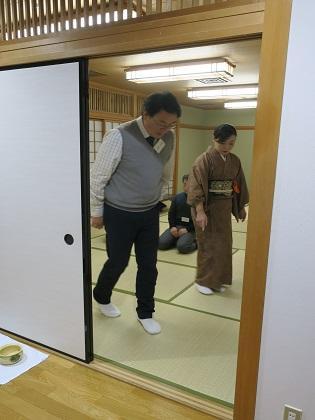 写真/部屋から部屋へ歩く練習