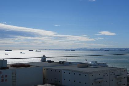 写真:川崎港沖に浮かぶ何隻もの貨物船
