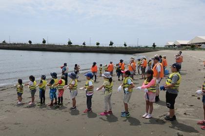 写真:地引網を引く参加者たち